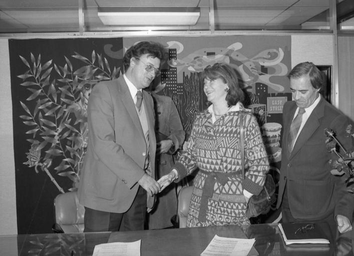 Media signature de l 39 acte de vente du domaine de la paillade georges - Vente de domaine public ...